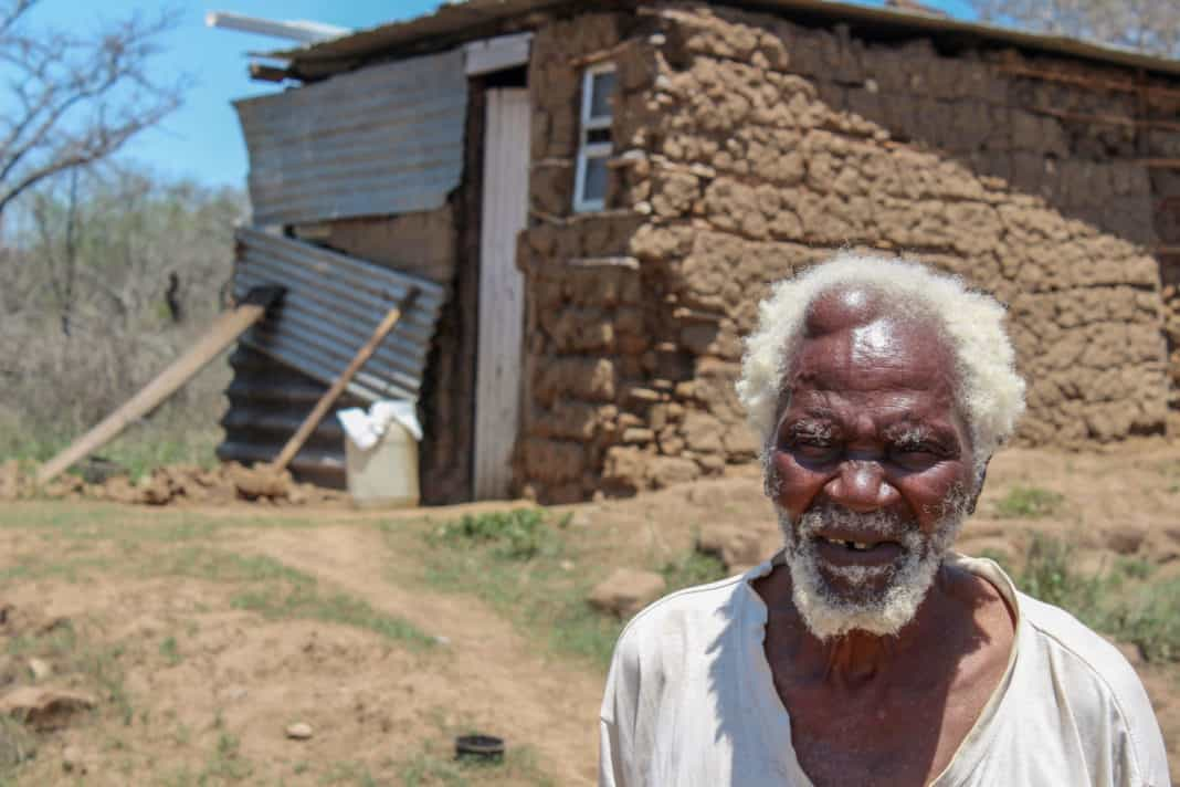 Zabalaza Mshengu outside his home on Edmore Farm in December 2015. Mshengu died on 13 August 2018 before this year's court ruling in July. Photo: Association for Rural Advancement.