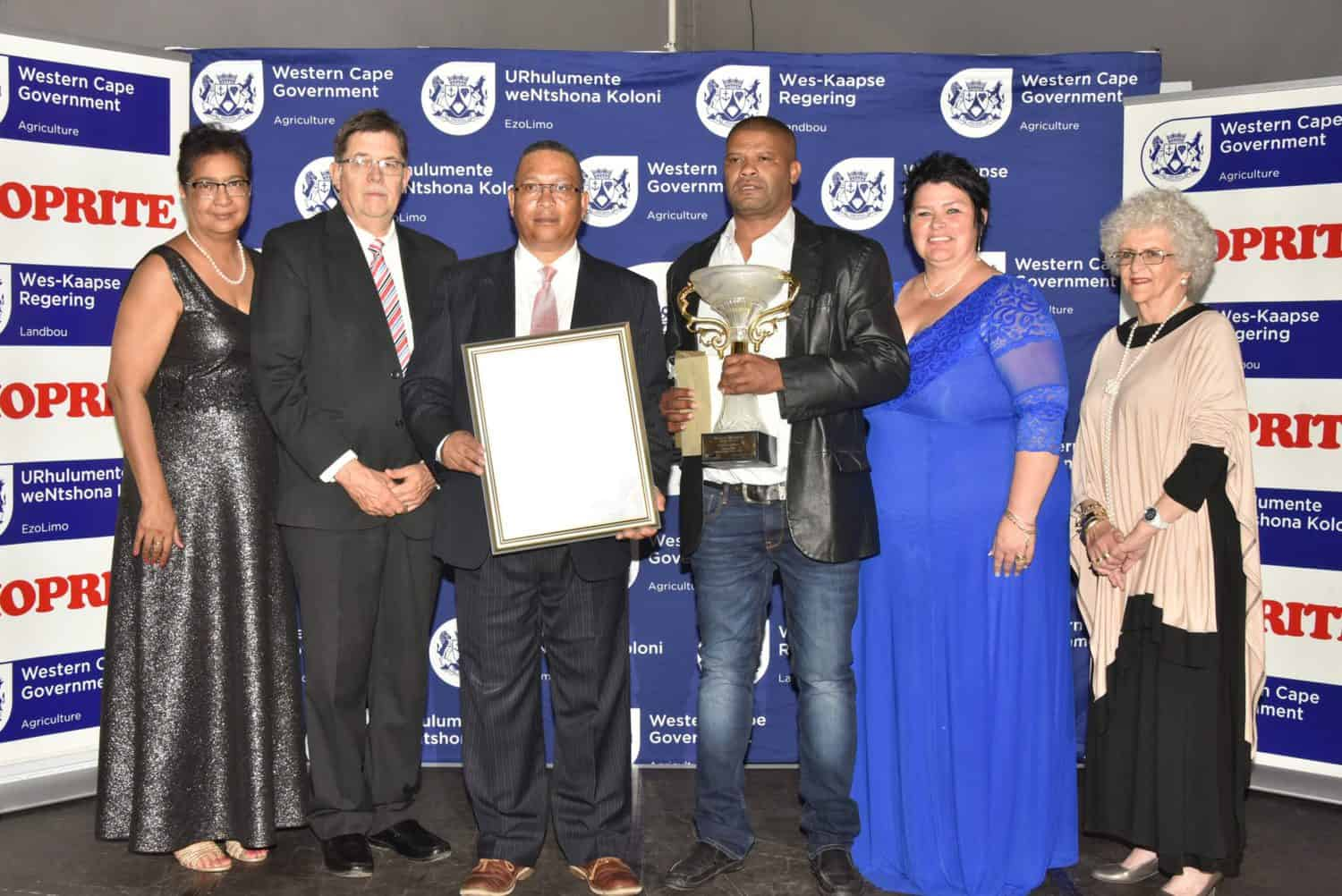 (From left to right) Joyene Isaacs, Western Cape Department of Agriculture; Dr van Deventer, Shoprite; Minister Ivan Meyer, Francois Cilliers, winner; Executive Mayor of the Breede Valley Municipality, Antoinette Steyn; and Elsa Jordaan, CEO, Hex Valley Table Grape Association