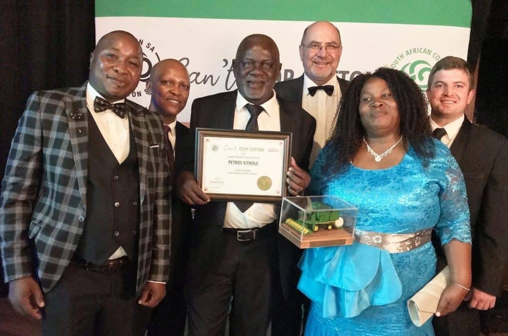 Petros Sithole (third from the left) received the Small-holder Farmer Award after approaching Cotton SA in 2014 to pioneer his Nkomazi cotton project in Mpumalanga. Photo: Food For Mzansi
