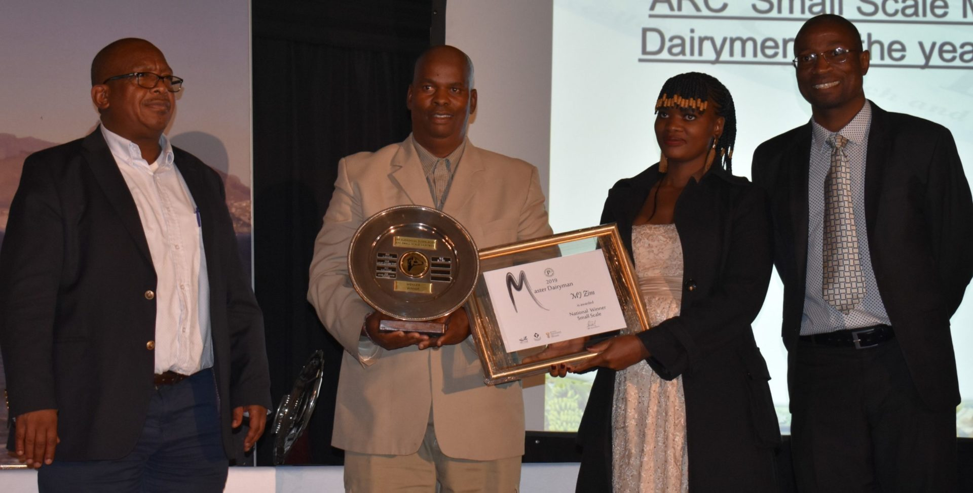 2. Dr Andrew Magadlela (ARC group executive: animal sciences), the late Jan Zim and Nompe Ida Zim (MJ Zim from Kestell in the Free State), and prof. Norman Maiwashe (ARC's general manager: animal production) at the 2019 awards function Photo: Landbouweekblad / Supplied by Agri-Expo