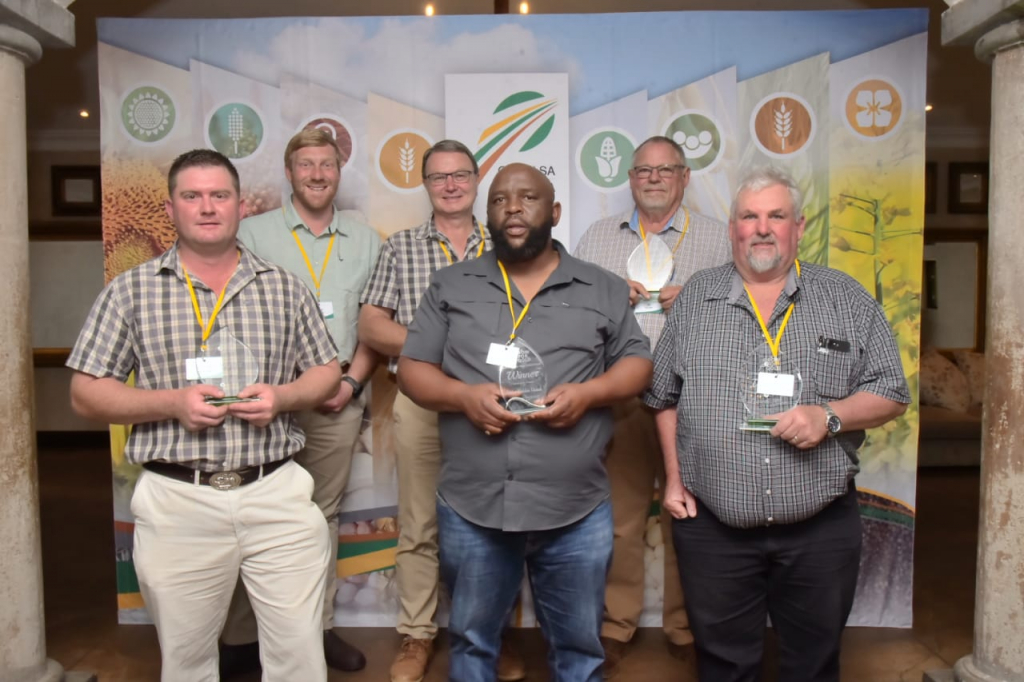 Some of the winners of Grain SA's firstGrow for GoldNational Yield Competition which was announced in Muldersdrift, north-west of Johannesburg. Photo: Supplied