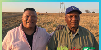 "In the first episode of ""Vir die liefde van die land"", hosts Ivor Price and Piet Potgieter introduces viewers to Samson Mahlaba, a farmer who worked as a labourer for 50 years. Photo: Supplied."