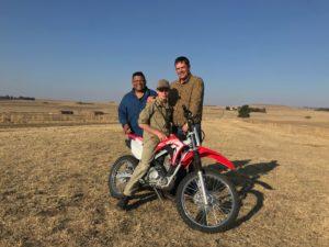 Pictured: Ivor Price, Vir die liefde van die land host with Free State Wessel Bibbey and his son. Photo: Supplied.