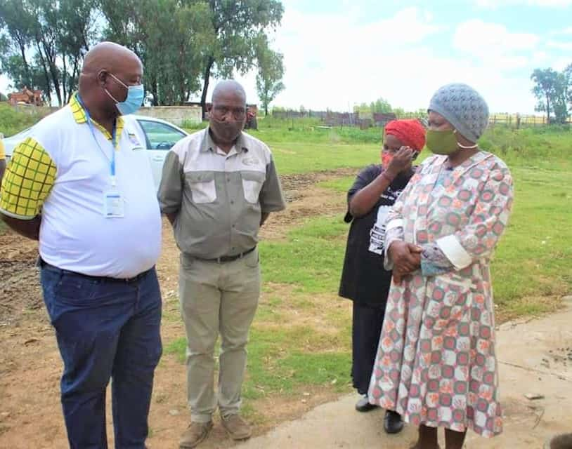 Free State MEC for agriculture and rural development, William Bulwane, with farmer Maleho Kodisang and two of his workers who were recently attacked. Photo: Supplied/Food For Mzansi