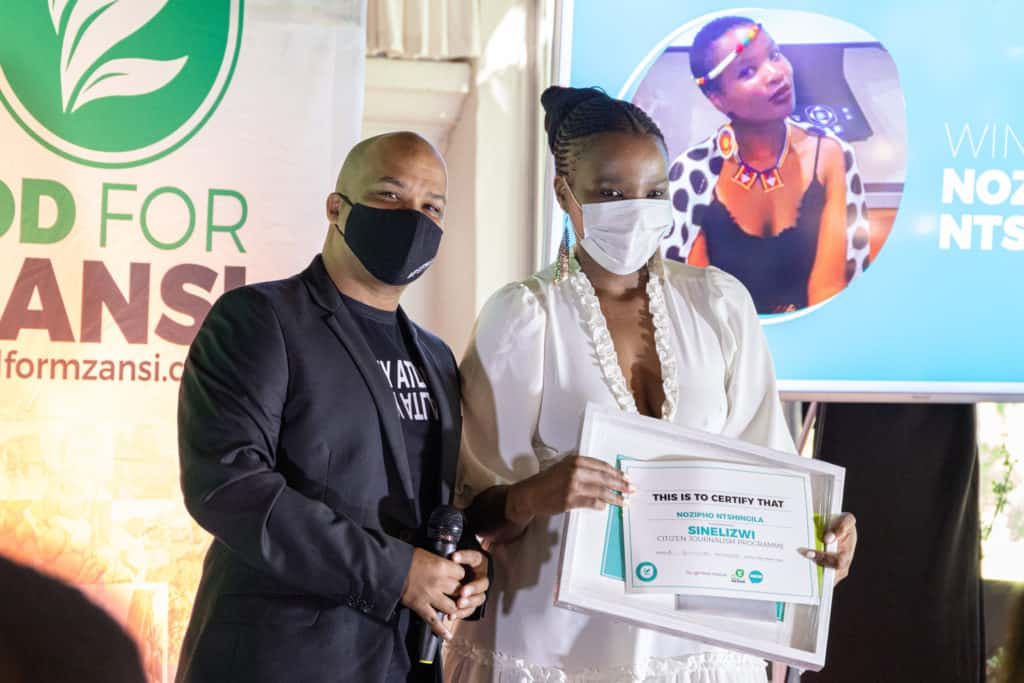 Nozipho Ntshingila walked away with three Sinelizwi awards. Journalist Robin Adams congratulated her. Photo: Food For Mzansi