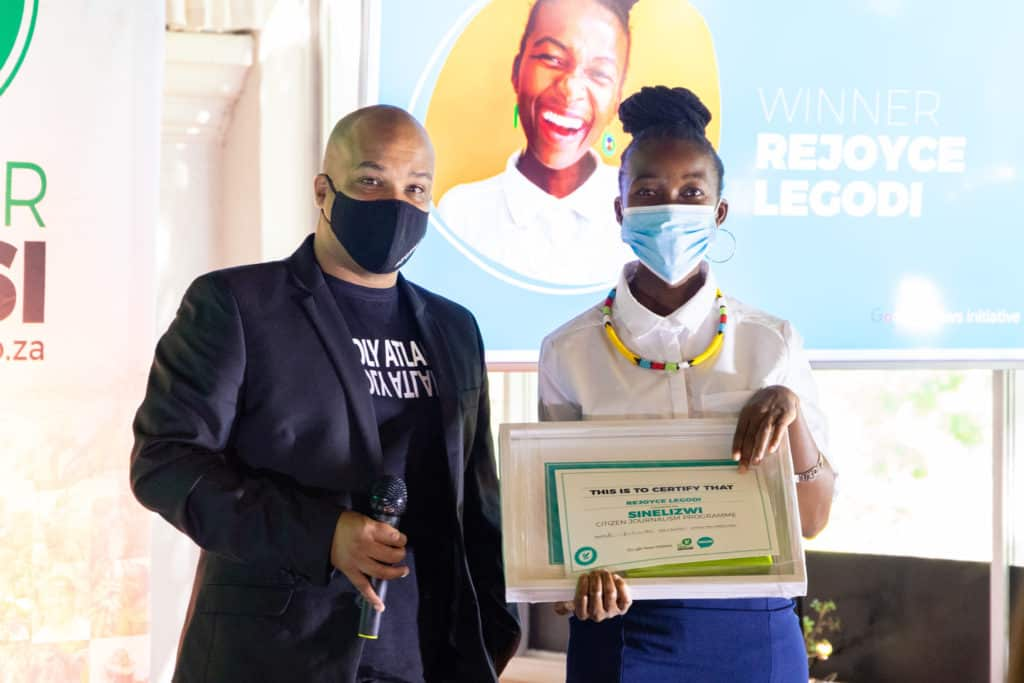 Rejoyce Legodi, Sinelizwi's top performer in Limpopo, received her reward from global broadcaster Robin Adams. Legodi holds a degree in public administration from the University of Limpopo and also graduated from the Young African Leaders Institute. Photo: Food For Mzansi