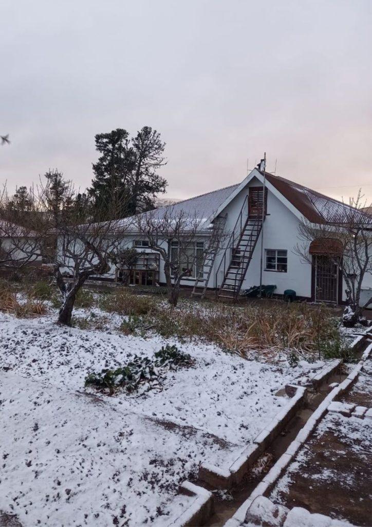 The farm Beeldhouersfontein in the Murraysburg district of the Karoo is covered in snow. Photo: Linda van den Berg/@ReenvalSA/Twitter