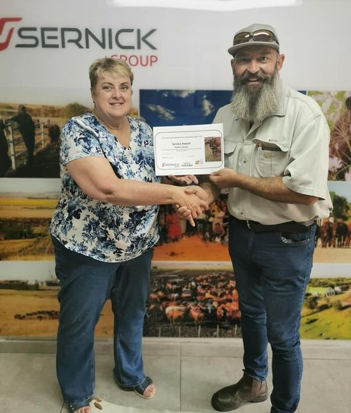 Thabo Olivier recently received a service award from the Free State-based Sernick Group. Presenting the award was Petro Naudé, project manager for Sernick's programme for up-and-coming farmers. Photo: Supplied/Food For Mzansi