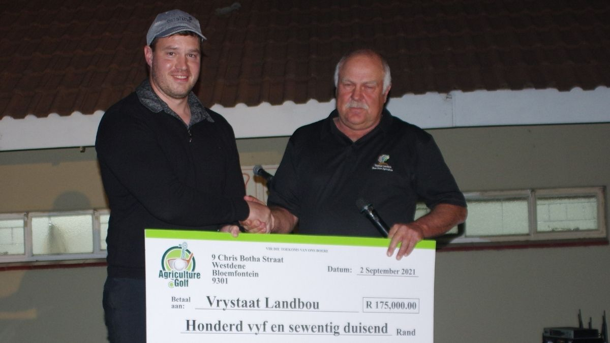 Free State Agriculture president Francois Wilken received a cheque to the value of R175 000 from Marinus Hoek, a director of the Bloemfontein-based Enslin Auditors. Photo: Supplied/Food For Mzansi